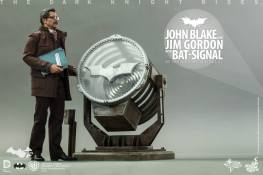 Hot Toys The Dark Knight Rises - Blake and Gordon - Gordon looking up at signal