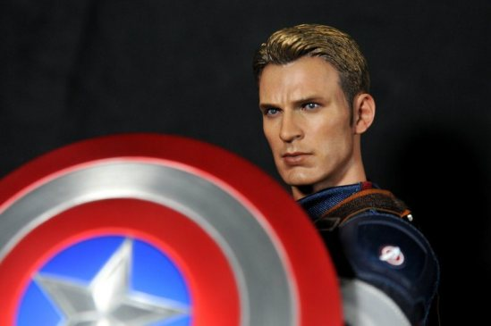 hot-toys-captain-america-age-of-ultron-figure-holding-shield-unmasked
