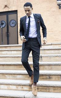 黒のスーツ×ピンクの靴下×茶色のシューズ