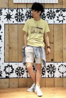 黄色のTシャツ×薄いベージュの短パン×青のスニーカー
