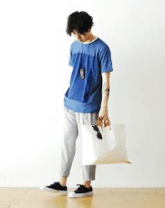 青とネイビーのTシャツ×グレーのスウェットパンツ×スニーカー
