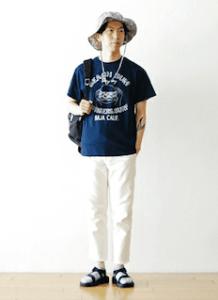 ネイビーのTシャツ×白のパンツ×サンダル×ハット