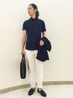 ビジネスバッグ×ネイビーのシャツ×白のパンツ