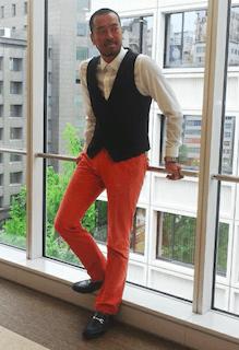 黒いスーツベスト×白いワイシャツ×オレンジのパンツ