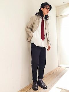 ベージュのテーラードジャケット×白シャツ×赤のネクタイ×黒のパンツ×茶色の革靴