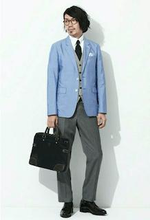 グレーのスーツベスト×水色のジャケット×濃グレーのパンツ
