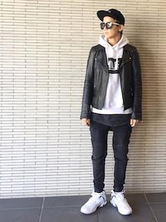 黒のライダースジャケット×白のパーカープルオーバー×黒のデニム×白のスニーカー