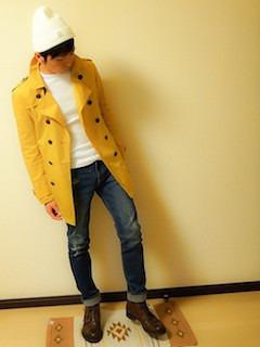 キャメルのトレンチコート✖️白のTシャツ✖️デニム✖️茶色のブーツ