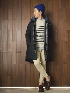ネイビーのモッズコート×ブルーシャツ×ボーダーニット×ベージュのパンツ×茶色のローファー