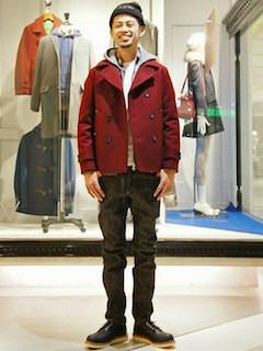 赤のPコート×グレーパーカー×チェックシャツ×デニム×黒のブーツ