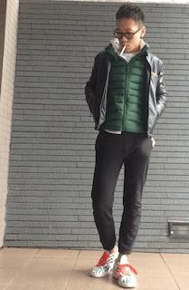 緑のダウン×レザージャケット×スウェットパンツ