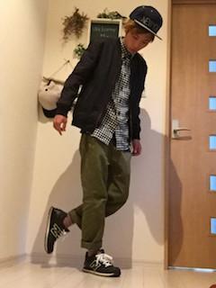 黒のスタジャン×チェック柄のシャツ×カーキのパンツ×黒のスニーカー