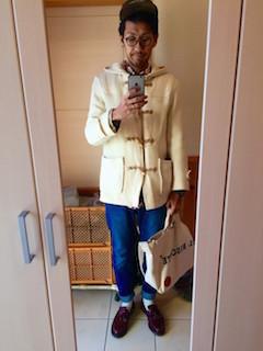 白のダッフルコート×チェックシャツ×デニム×茶色のローファー
