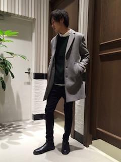 グレーのチェスターコート×白のシャツ×カーキのニット×黒のパンツ×黒のブーツ