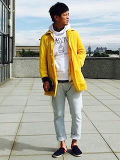 黄色のスプリングコート×白のパーカー×白のデニム×黒のスリッポン
