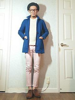 青のスプリングコート×白のニット×薄ピンクのパンツ×茶色のブーツ
