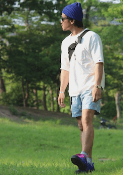 UネックのTシャツ×星柄のハーフパンツ×スニーカー