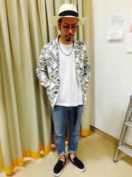 柄サマージャケット×白のTシャツ×ジーンズ×スリッポン×白のハット