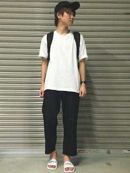 白のロゴ入りアディレッタ×白のTシャツ×黒のパンツ