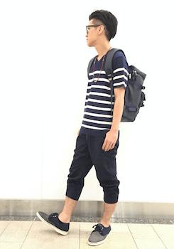 黒のジョガーパンツ×ボーダーのTシャツ×スニーカー
