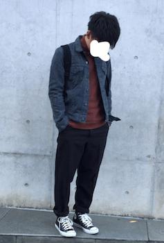 タートルネック×デニムシャツ×黒色のパンツ×スニーカー