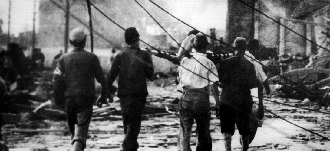 - FILE PHOTO TAKEN 06AUG1945 - Japanese air raid workers carry a victim of the atomic bomb in Hirosh..