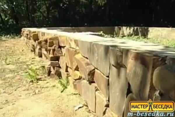 decorirovanniy-izvestniakom-fasad-fundamenta-derevannoy-besedki-iz-brevna-svoimi-rukami1