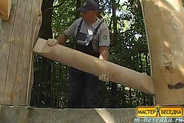 montaj-elementov-zadney-stenki-v-stolbi-osnovaniy--besedki-iz-brevna-svoimi-rukami2