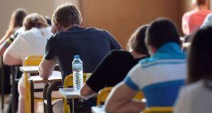 طلاب يحتازون امتحانا
