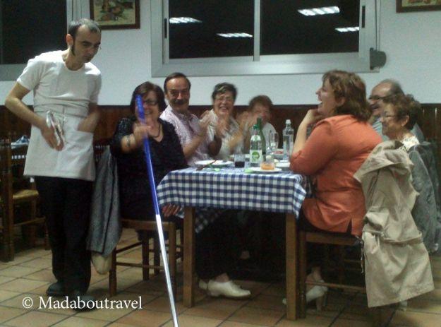 Momento de la cena-espectáculo de Clownx Teatre en Els Castanyers