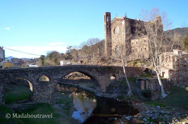 Puente medieval e iglesia nueva de Sant Joan les Fonts