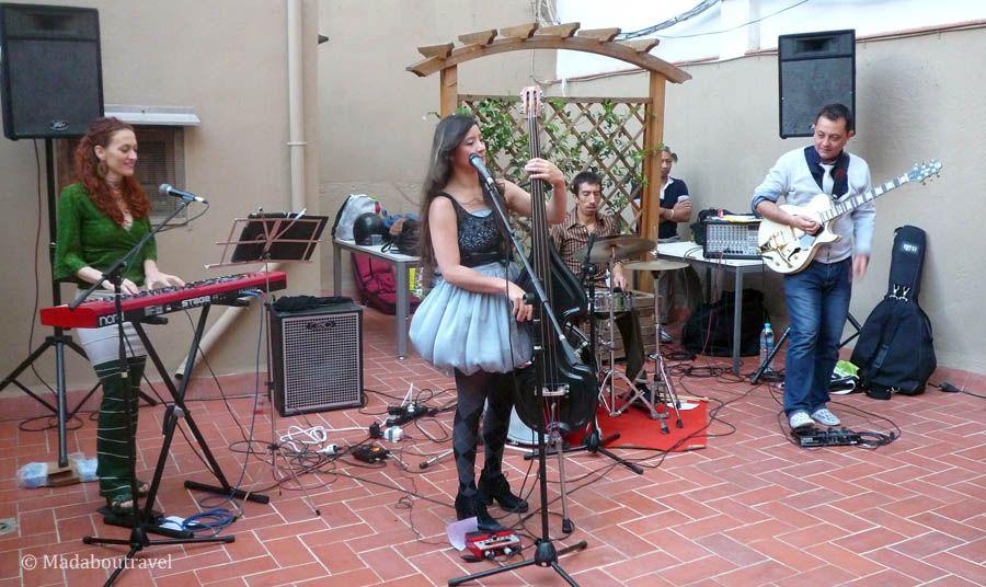 Actuación de Dócil en la Blog Night Out de Aspasios Apartments