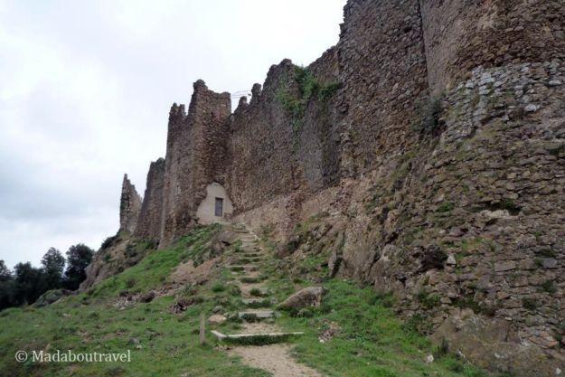 Muralla exterior del castillo de Montsoriu