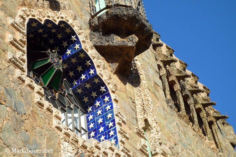 Detalle de la vidriera y la fachada de la Torre Bellesguard
