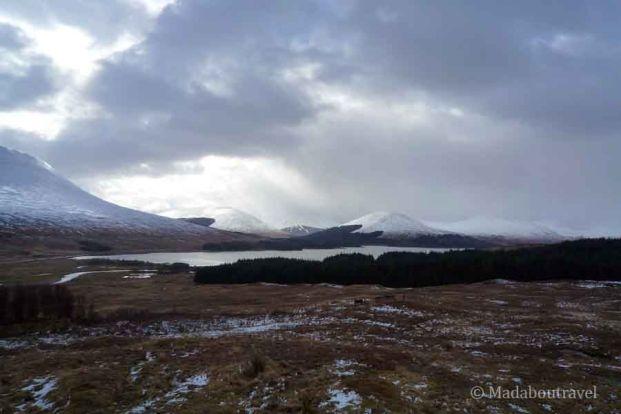 Viaje en coche por Escocia con nieve