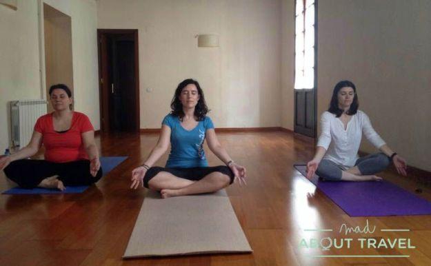Clase de yoga con amigas en Patio Aira de Barcelona