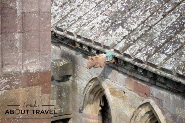 Un cerdo tocando la gaita en la Abadía de Melrose en los Borders de Escocia