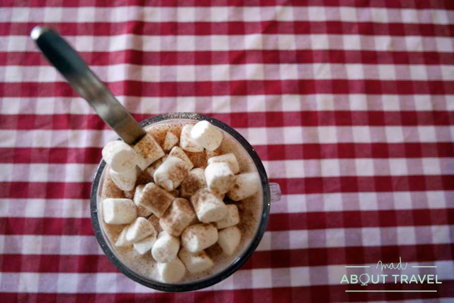 Chocolate caliente con nubes en el Fiddler's bar en Brodick en la isla de Arran