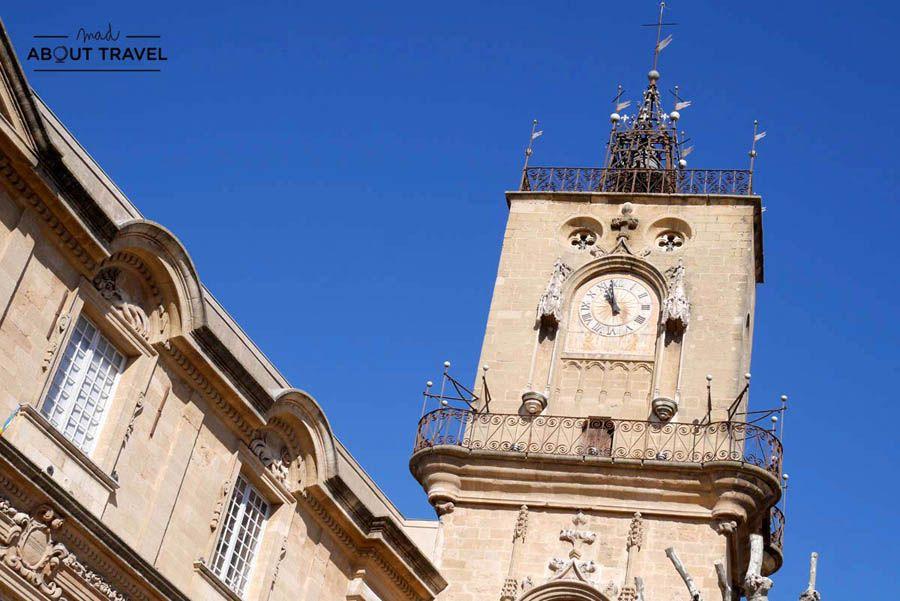 Plaza del ayuntamiento de Aix-en-Provence y torre del reloj