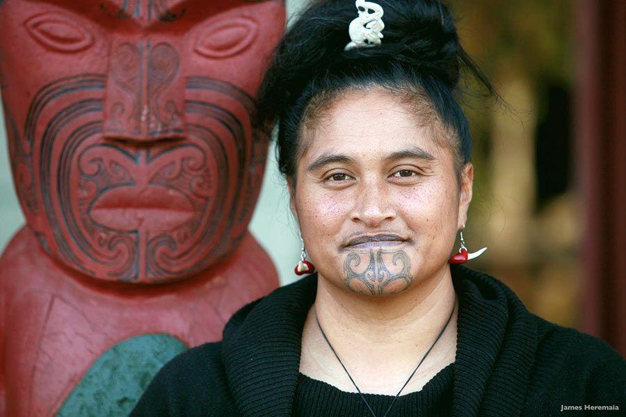 Mujer maorí con tatuaje ta moko en la cara