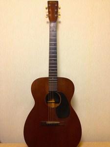 Martin OO-17 たしか1943年頃のおじいちゃんギター。 ライブアルバム「LIVE is」で弾いているギターです。