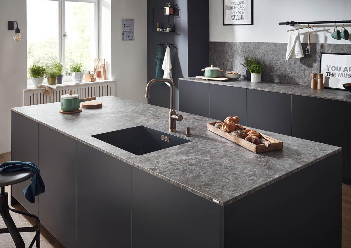 k che arbeitsplatte stein schwarz arbeitsplatte aus granit in der modernen k che vor und nachteile. Black Bedroom Furniture Sets. Home Design Ideas