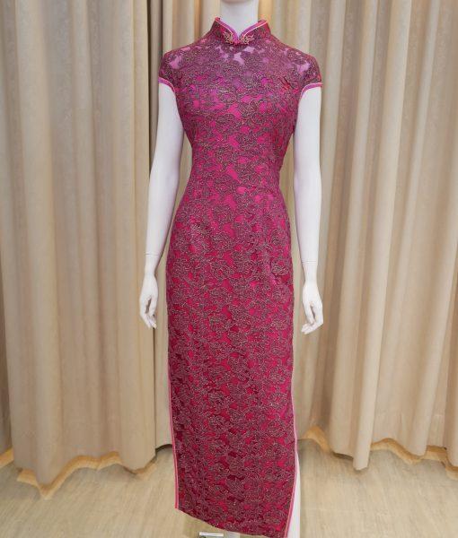 (台北媽媽禮服)紫緞面覆金蔥花紋蕾絲開衩低領短袖長旗袍