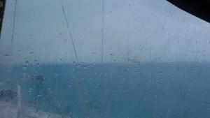 Nu öser regnet ner och vinden tjuter i riggen