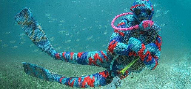 olek-underwater-yarn-bombing-img-qo-640x427