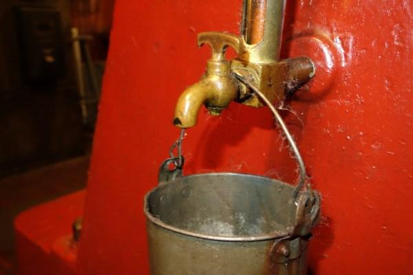 Oil drip bucket