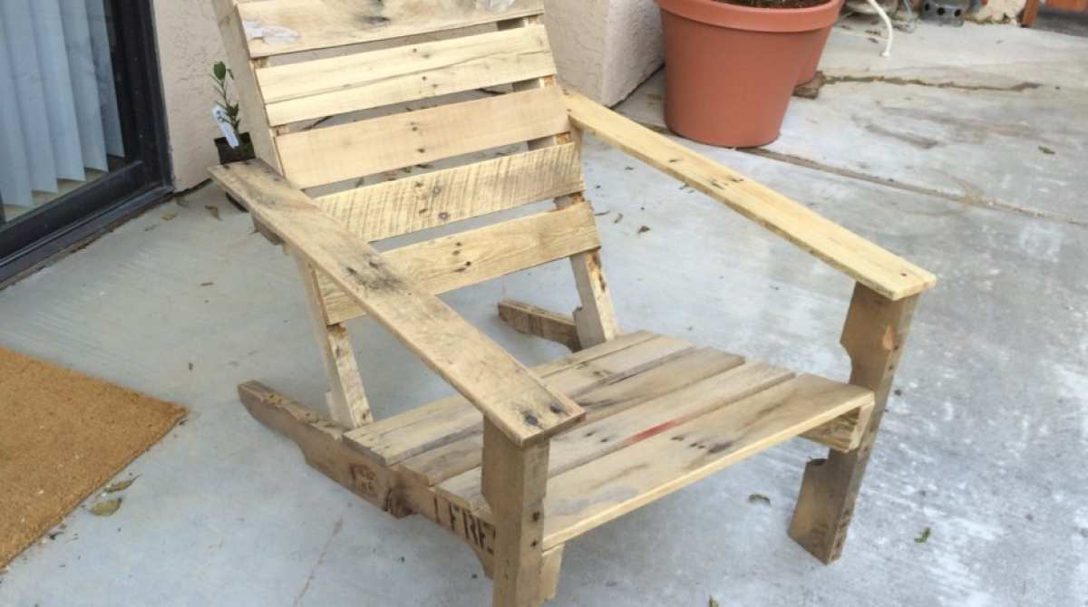 Wooden pallet patio chairs make for Wood pallet patio furniture
