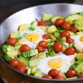 Abobrinha com Tomate, Bacon e Ovos