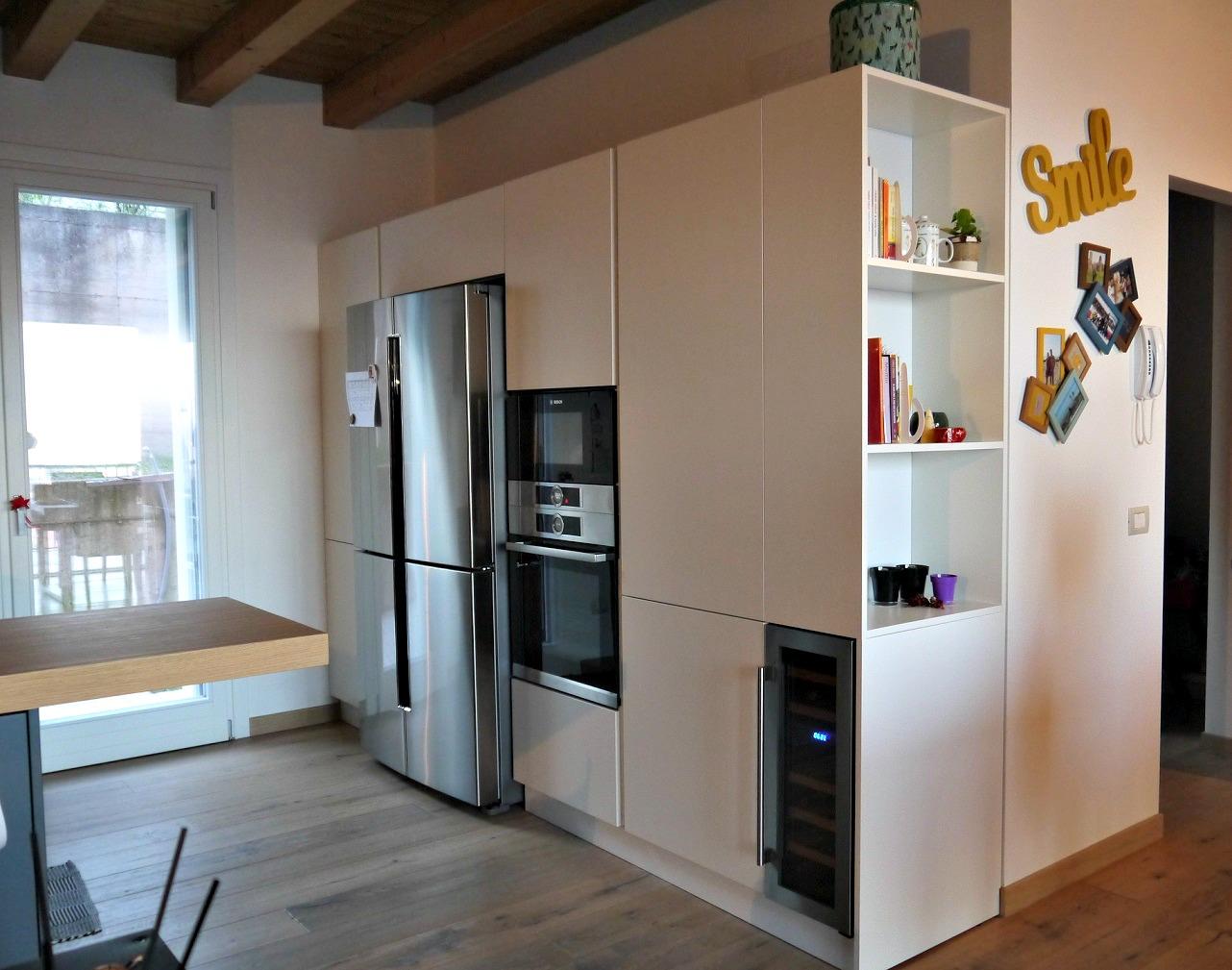 Cucina Moderna Con Frigo Americano | Biscottini Credenza Cucina Con ...