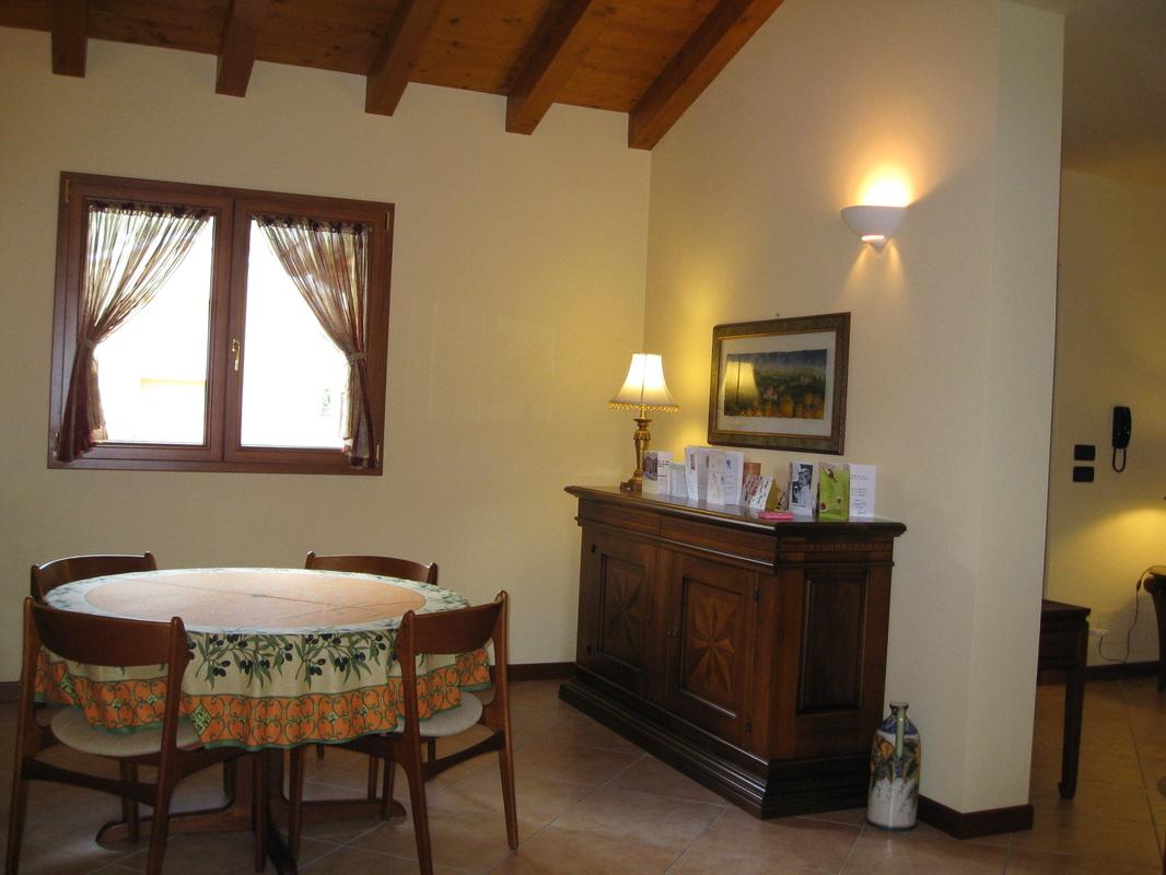 Giallo parete soggiorno tavolini da salotto bianchi parete